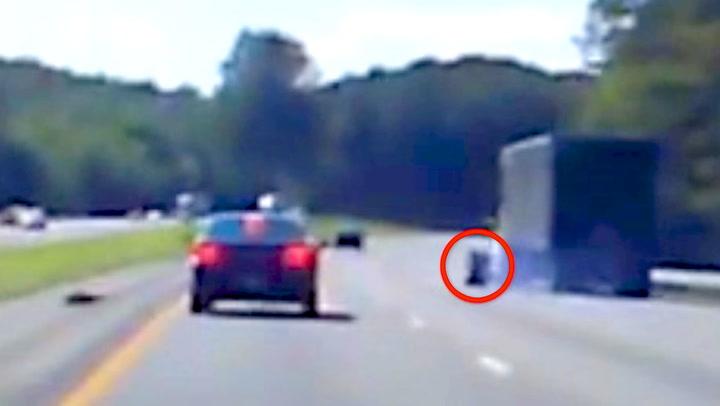 Sjåføren stirrer på løpsk hjul – glemmer trafikken