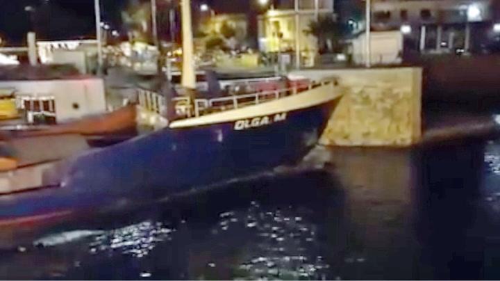 Skipet ga full gass mot havna – så smalt det