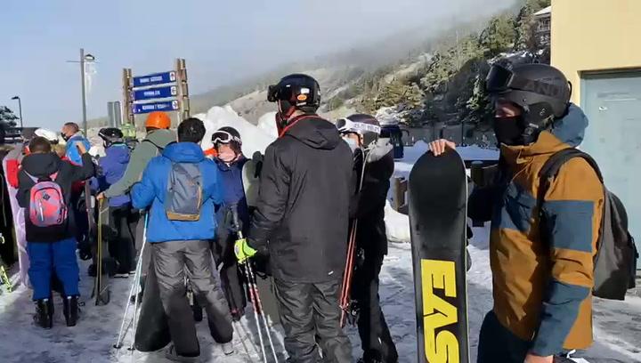 Una monstruosa cola en la estación de ski de Sierra Nevada incendia las redes sociales