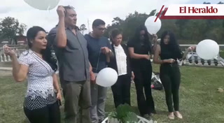 Con globos blancos dan homenaje a joven hallado muerto dentro de su carro en Loarque