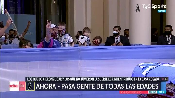 Aficionados argentinos muestran sus respetos a Maradona en el velatorio de la Casa Rosada