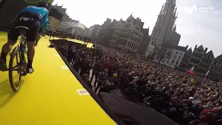 La espectacular salida del Tour de Flandes 2019 en la plaza del mercado de Amberes