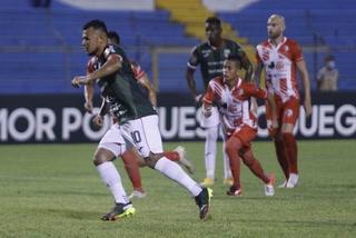 Marathón se pone a ganar ante el Real Estelí con gol de penal de Mario Martínez