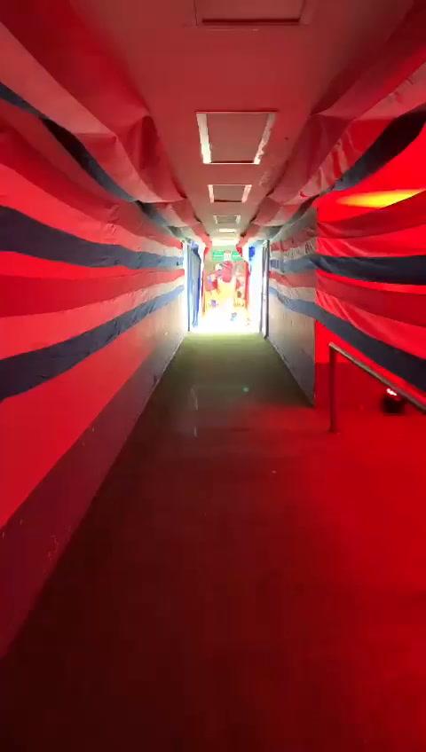 Olimpistas tapizan el recorrido del camerino a la cancha del Estadio Nacional