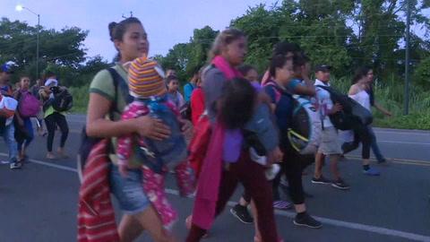 Miles de hondureños reanudan en México caravana hacia EEUU