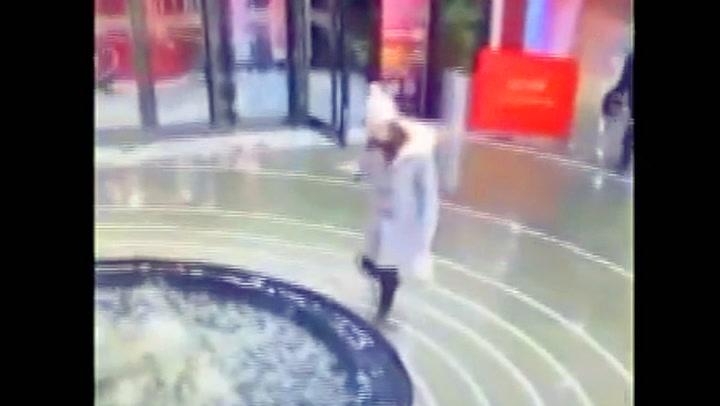 Oppslukt av mobilen ble hun slukt av fontenen
