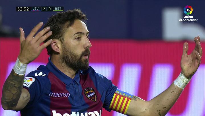LaLiga: Levante - Betis. Penalti de Guardado a Morales en el minuto 53
