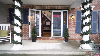 DIY Holiday Decor: Greet Guests With a Festive Green Entryway