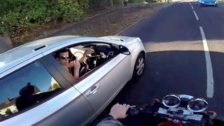 Sjåføren viser fingeren. Det vil han fort angre på