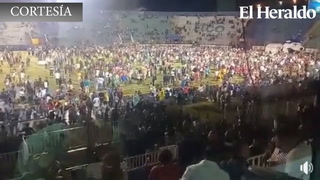 Aficionados invaden cancha del Nacional tras caos en graderías