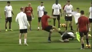 Higuaín manda al piso a Gennaro Gattuso en un entrenamiento