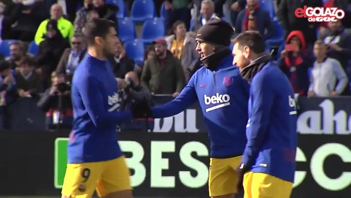 Abrazo entre Griezmann y Messi antes del partido ante el Leganés