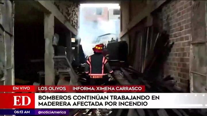 Bomberos intentan controlar incendio en maderera de Los Olivos