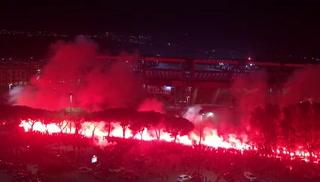 Con fuegos artificiales hinchas argentinos le dieron el último adiós a Maradona