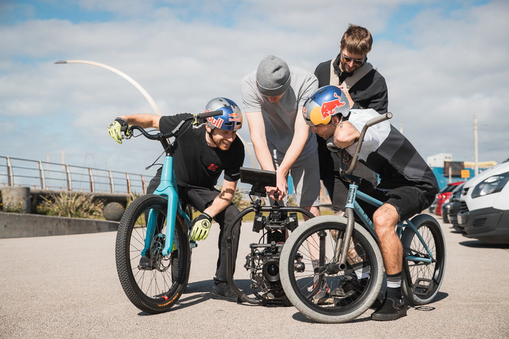 Danny MacAskill y Kriss Kyle protagonistas del vídeo 'This and That'