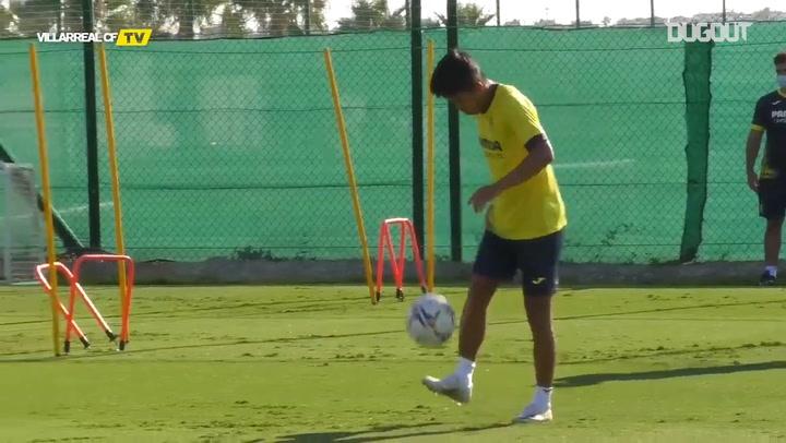 Kubo playing futnet with Gerard Moreno