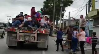 Guatemaltecos reciben con alimentos y agua hondureños en caravana