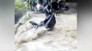 Flommen herjer. Så kommer motorsyklisten