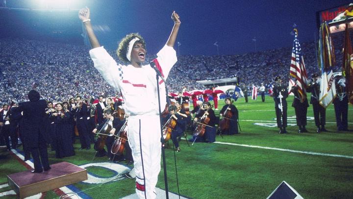 Lady Gaga volando por los aires o la emoción de Whitney Houston cantando el himno: repasamos los momentazos de la Super Bowl