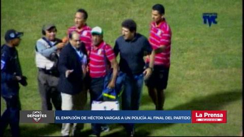 El empujón de Héctor Vargas a un policía al final del partido