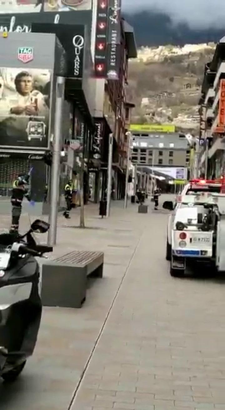 La policia urbana de Andorra anima con bailes a los niños
