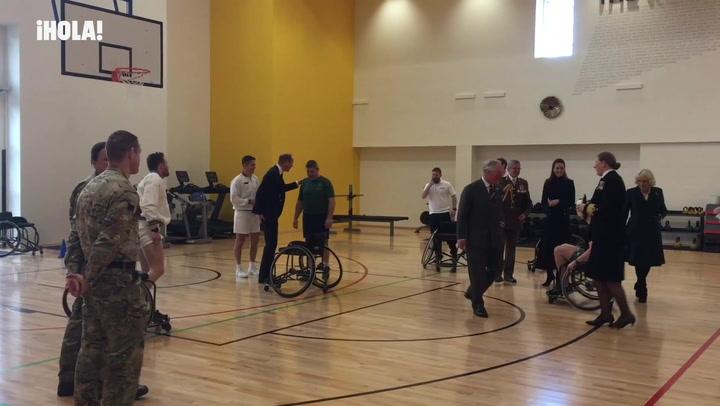 El príncipe Guillermo juega al baloncesto en silla de ruedas con la ayuda de su padre