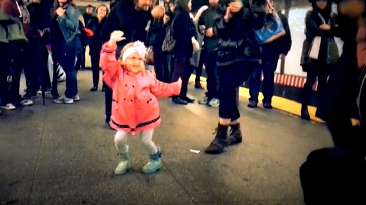 Her får hun hele plattformen til å danse