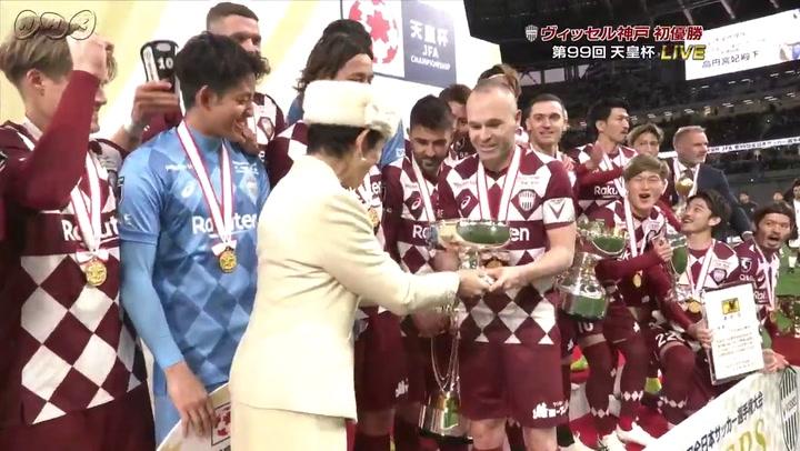 Andrés Iniesta levanta la Copa del Emperador para el Vissel Kobe