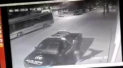 El video del momento en que prende fuego la camioneta policial en Granadero Baigorria