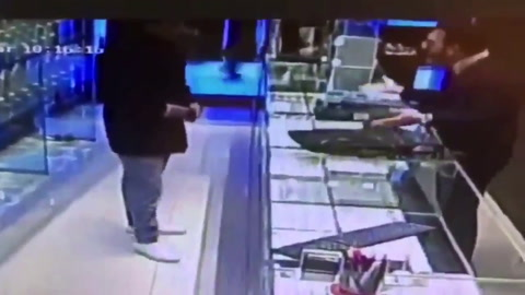 Dos delincuentes robaron una joyería con una granada
