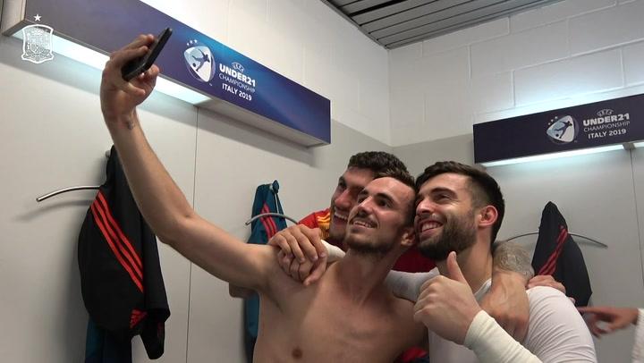 Celebración de los jugadores y el equipo técnico de la Sub 21, en el vestuario