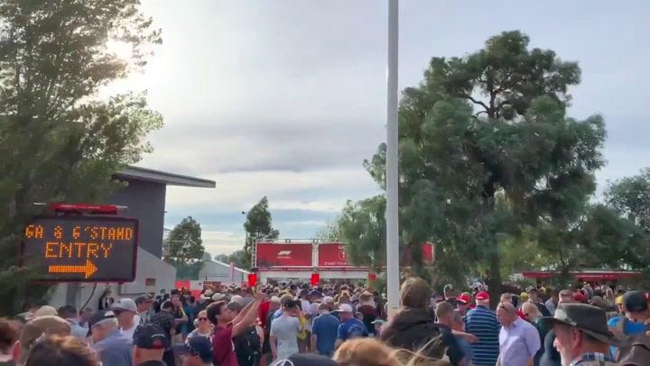 Los aficionados se agolparon ante las puertas del circuito tras ser cancelado el GP de Australia de F1