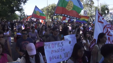 Gobierno de Chile accede a cambiar la Constitución ante el clamor de la calle
