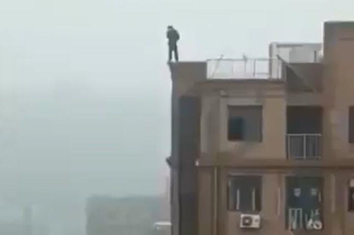 Muere un hombre en Bombay cuando quería hacerse un selfie en lo alto de un edificio
