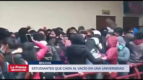 El impactante video de estudiantes que caen al vacío en una universidad de Bolivia!