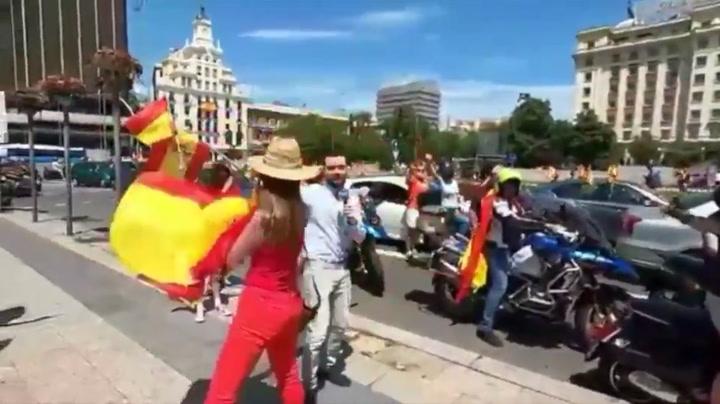 Manifestantes de VOX acosan a un periodista de TVE: