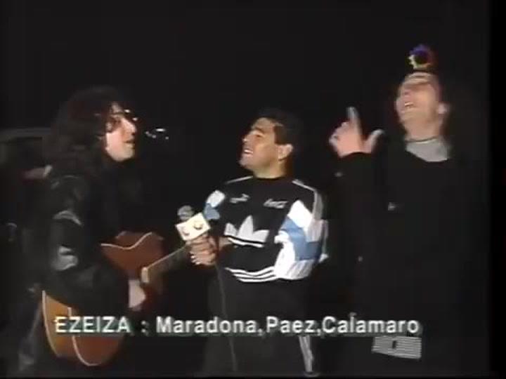 Fito y Andrés Calamaro cantando frente a Diego Maradona en la previa del Mundial de 1994