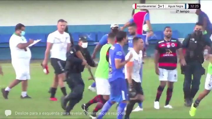 Policía dispara en pleno partido a un jugador en Brasil y se lo lleva arrestado