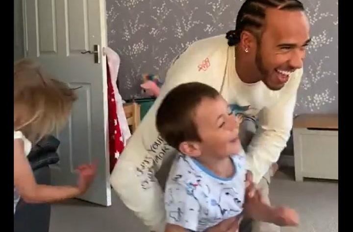 Lewis Hamilton lo 'da todo' haciendo de tío