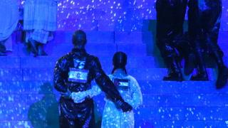 Norsk danser med palestinsk flagg på ryggen