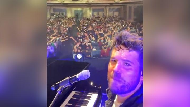 ¡Menudo momentazo! Pablo López sale a cantar a la calle en mitad del concierto y el público alucina