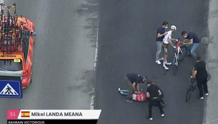 Mikel Landa abandona el Giro en ambulancia tras sufrir una fuerte caída