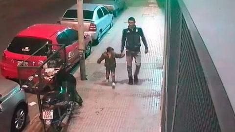 Utiliza a su hijo para robar una moto