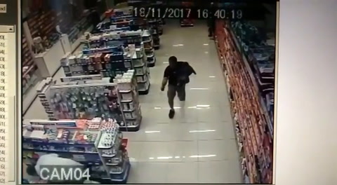 Con su bebé en brazos, un policía de civil mató a dos ladrones