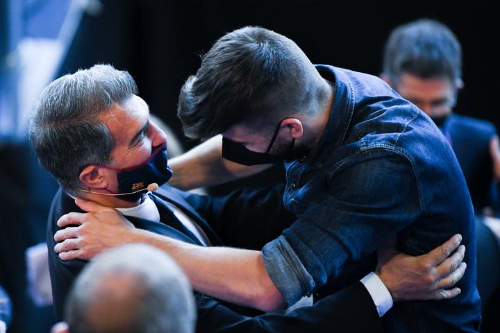 El abrazo de Laporta y Piqué, durante el acto de la toma de posesión a la presidencia del Barça