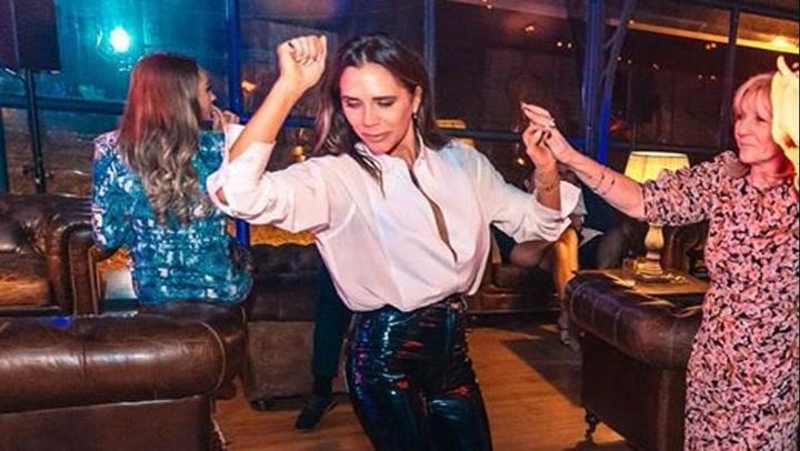 Victoria Beckham lo da todo bailando el 'I Will Survive'