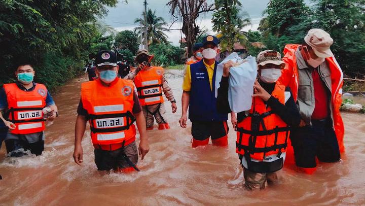ผู้ว่าฯ ชัยภูมิ ลงพื้นที่แจกของช่วยน้ำท่วมที่ อ.ภูเขียว หลังน้ำเริ่มลด