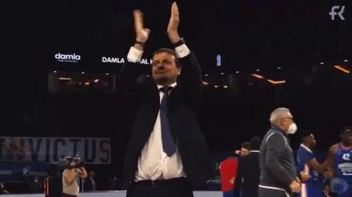 El entrenador del Efes, Ergin Ataman, celebra la victoria