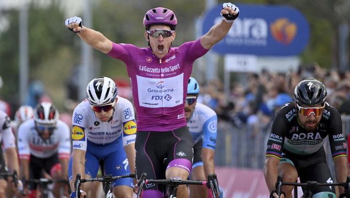 Póker de Arnaud Démare en el Giro por delante de un peleón Peter Sagan