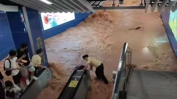 อีกแล้ว! น้ำทะลักท่วมรถไฟฟ้าใต้ดินจีน คนวิ่งหนีตายจ้าละหวั่น